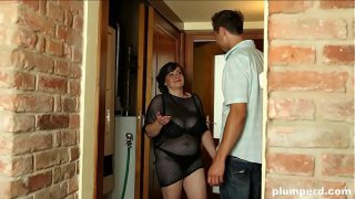 Fat MILF call plumber but she can'_t hold facesitting on him